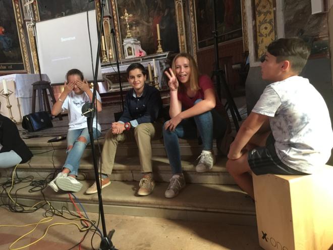 De gauche à droite : Emma, gestionnaire technique de la chorale, Louis, un nouveau soliste, Diane, une soliste confirmée, Maxime, nouveau percussionniste