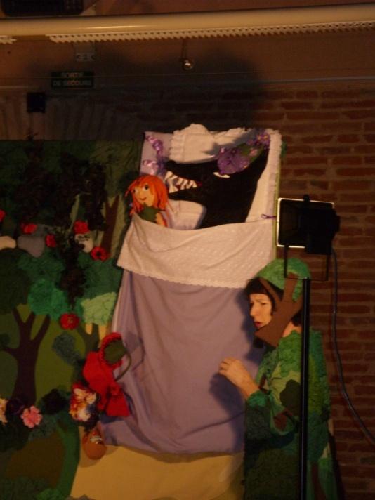 Spectacle de Noël pour les maternelles offert par le foyer coopératif de l'école